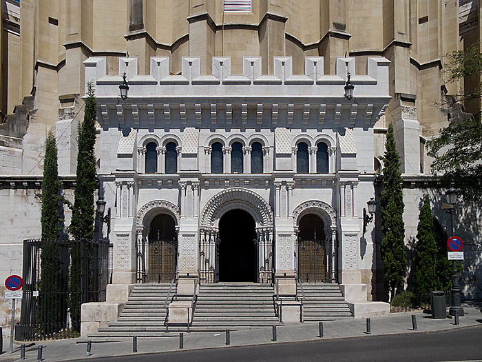 http://www.truechristianity.info/img/churches/spain/almudena_cathedral_5.jpg